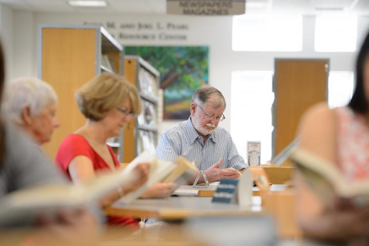 Thomas Winter photo of library patrons reading