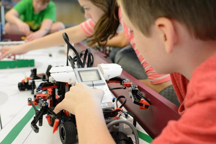 kids creating robots and coding